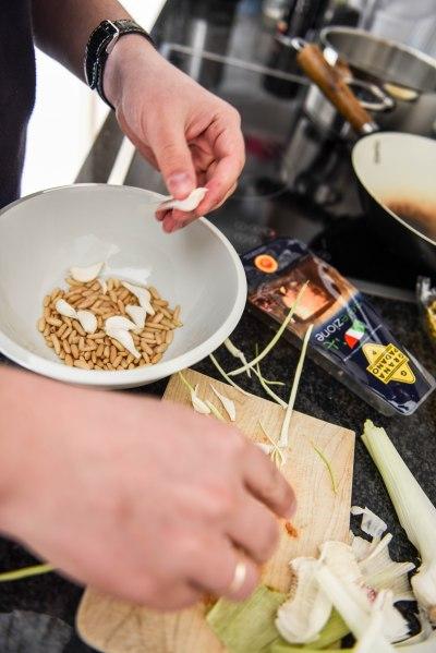 [ENG] Did I mention you need to put the roasted pine nuts in a bowl? Ok, now you need to prepare some garlic. And put in in the same bowl. [PL] Wspomniałem, żeby włożyć orzeszki d miseczki? Teraz dorzuć tam trochę czosnku.
